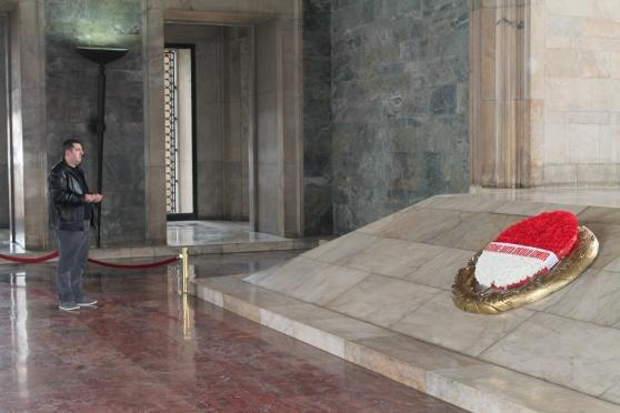 Gente rindiéndole homenaje a Atatürk