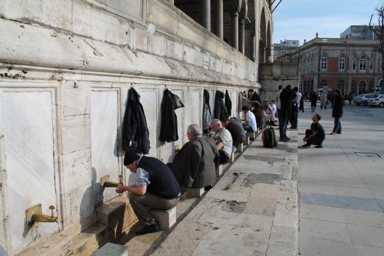 Musulmanes en el lavatorio de pies y manos