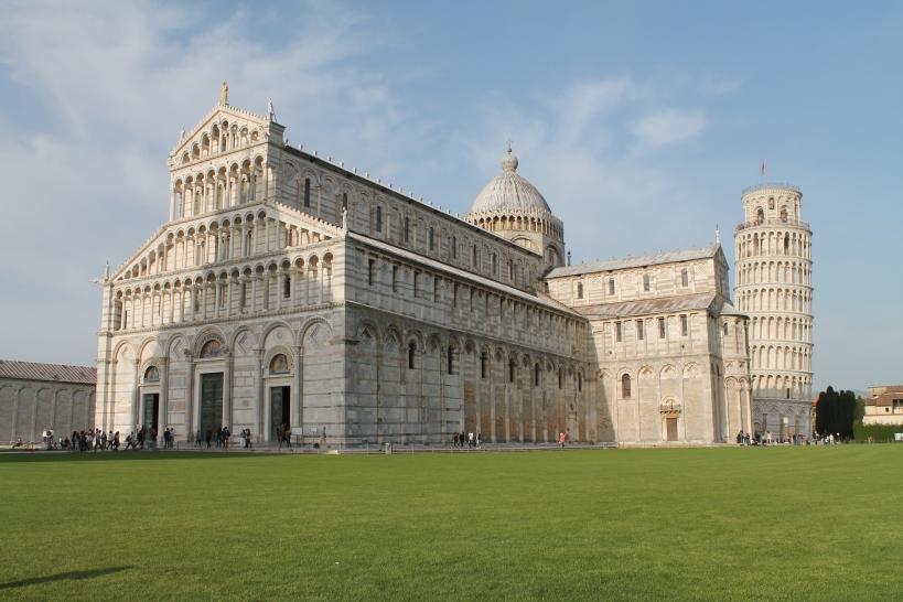 Catedral de Pisa con la torre inclinada al fondo