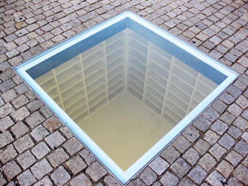 bebelplatz_versunkene_bibliothek_micha_ullmann_bebe